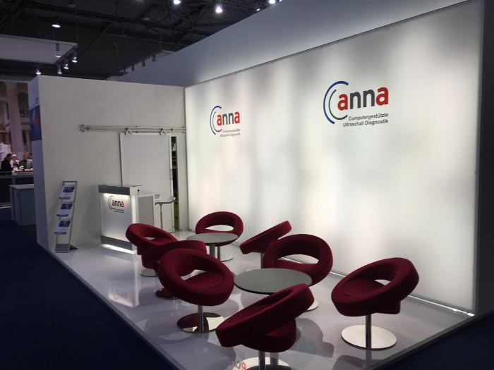 ANNAcTRUS Prostatakrebs Diagnostik - Stand auf dem Kongress der DGU 2016 in Leipzig - rote runde Sessel vor weißer Wand mit grauen Boden