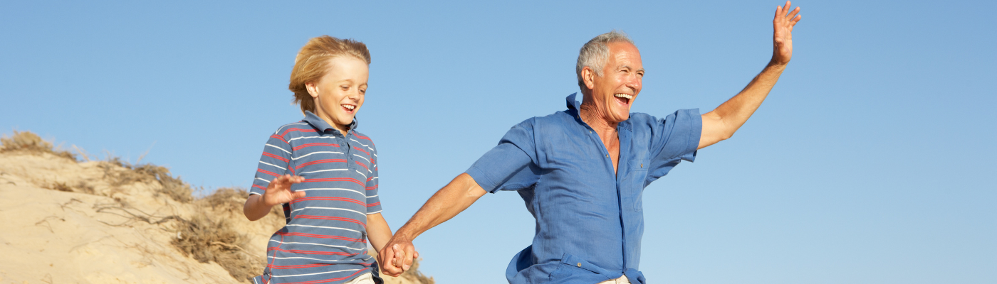 Großvater und Enkel stürmen voller Freude eine Düne hinunter - Dank ANNAcTRUS lassen sich Veränderungen in der Prostata zeitnah erkennen.