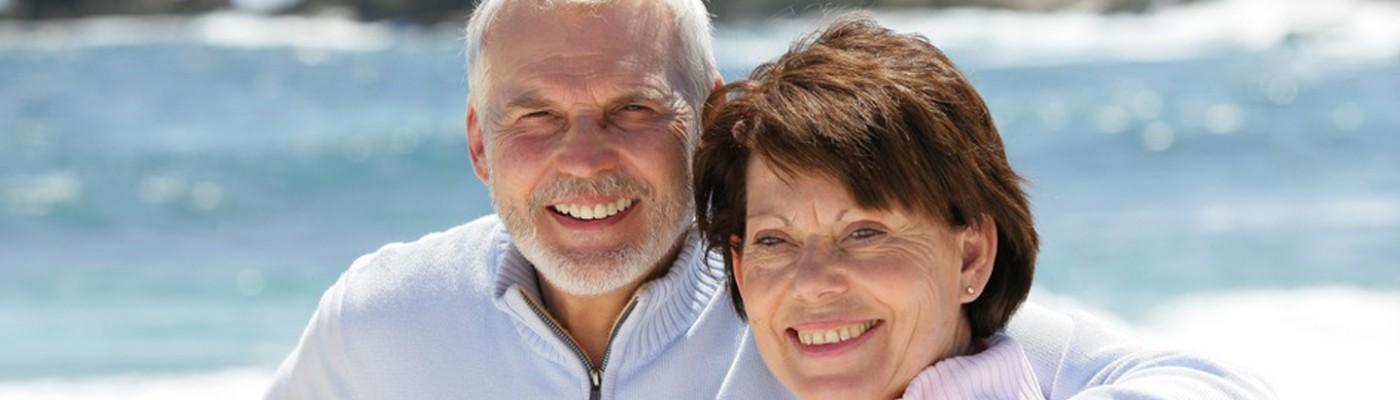Entspanntes fröhliches Rentner Ehepaar, dass sich am gemeinsamen Leben und Meer erfreut.